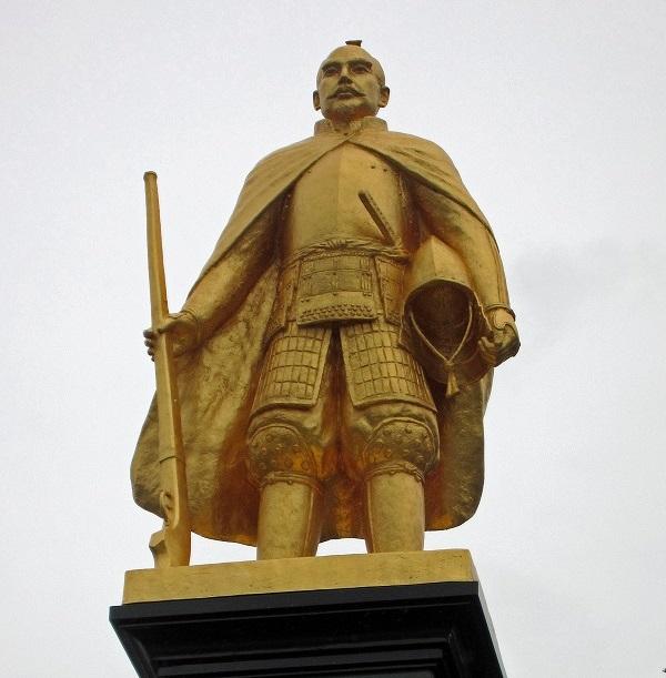 岐阜駅前に建つ織田信長像